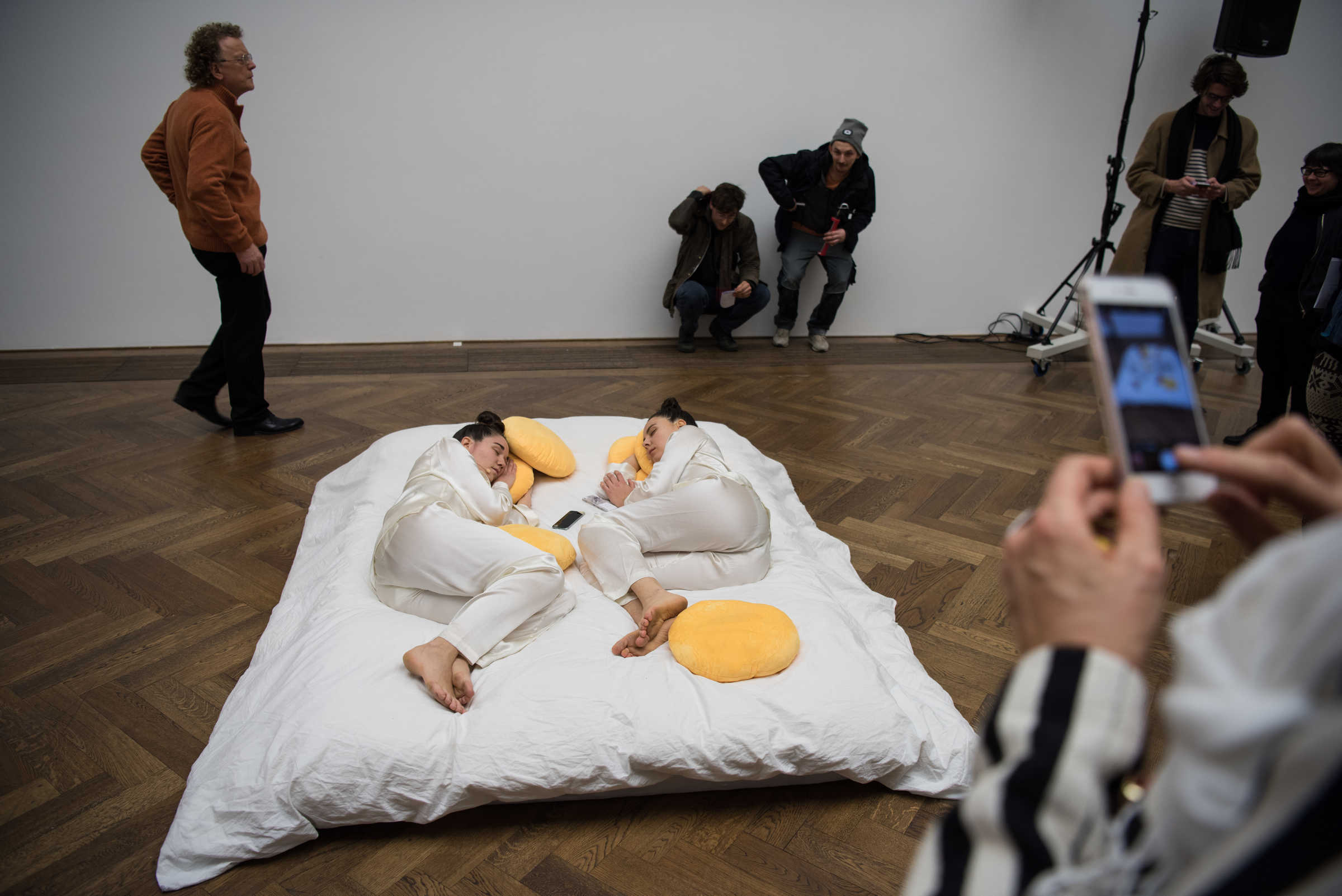 'reich und schön und kunst', performance by Lea Rüegg and Raphaela Grolimund, at 'New Swiss Performance Now', curated by Elena Filipovic, Kunsthalle Basel, 2018.